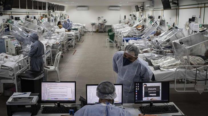 Koronavírusos betegeket kezelnek egy brazil kórházban (Fotó: MTI/EPA-EFE/Raphael Alves)