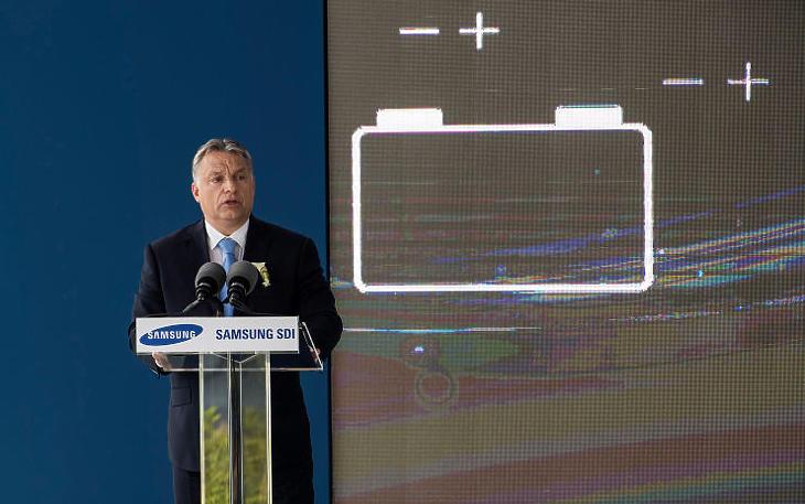 Orbán Viktor miniszterelnök beszédet mond a Samsung SDI gödi elektromos jármű akkumulátor gyárának nyitóünnepségén 2017-ben (MTI Fotó: Szigetváry Zsolt)