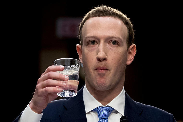Illusztráció: Mark Zuckerberg az amerikai szenátus igazságügyi és kereskedelmi bizottsága előtti meghallgatásán, 2018. áprilisában. A meghallgatáson több botrányos eset mellett a 2016-os választás orosz befolyásolása, és a Facebook ebben betöltött szerepe is téma volt. (fotó: Getty)