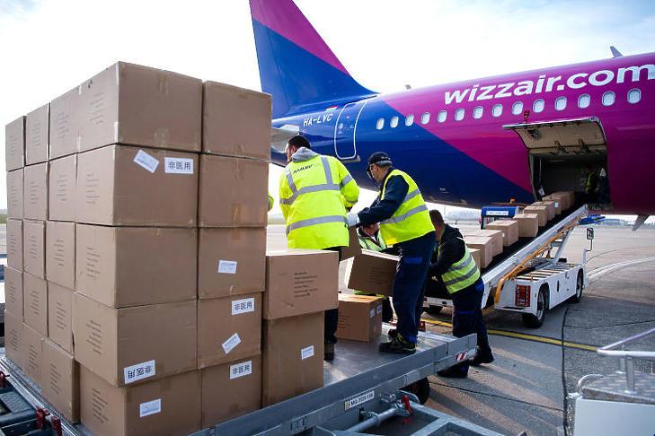 Egészségügyi felszerelések érkeznek Kínából (MTI fotó - Botár Gergely/ kormany.hu)
