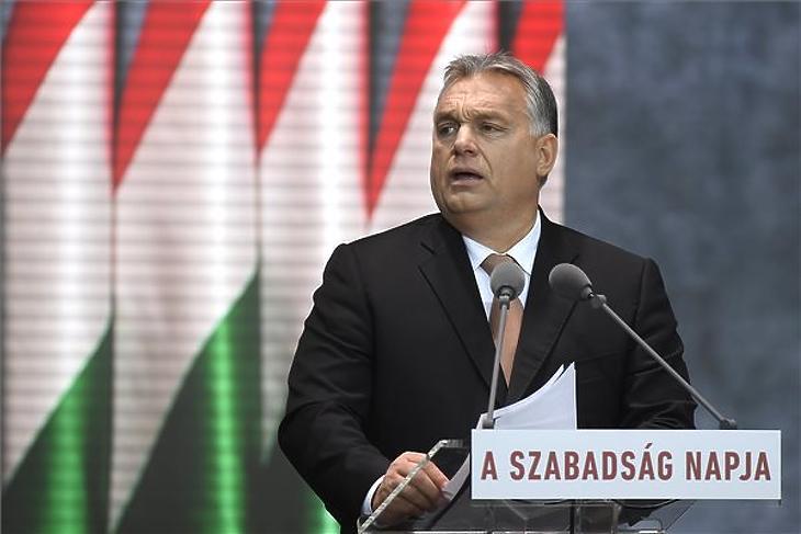 Orbán Viktor beszédet mond az 1956-os forradalom és szabadságharc kitörésének 62. évfordulóján tartott megemlékezésen a fővárosi Terror Háza Múzeumnál 2018. október 23-án. (MTI/Kovács Tamás)