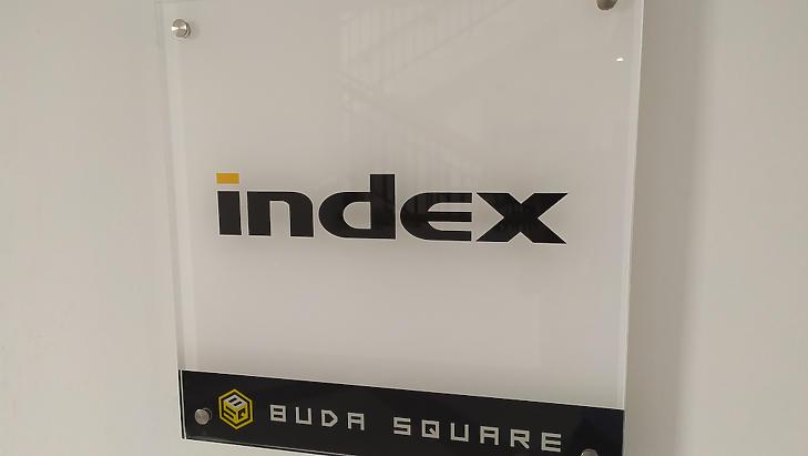 Az Index.hu szerkesztőségének bejárati táblája. (Fotó: Media1)