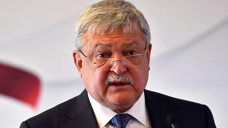 A leggazdagabb magyar üzletember is a zsebébe nyúlt. Fotó: mti