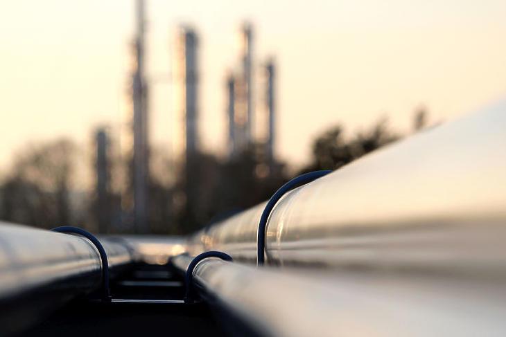 Illusztrációnkon egy finomítóba tartó olajvezeték látható. (Forrás: Depositphotos)