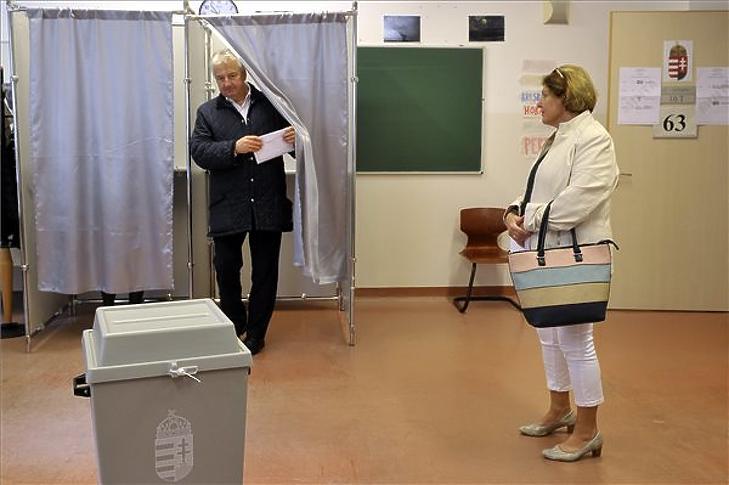 Semjén Zsolt miniszterelnök-helyettes, a Kereszténydemokrata Néppárt (KDNP) elnöke kijön a szavazófülkéből az önkormányzati választáson, jobbról felesége Semjénné Menus Gabriella a II. kerületi II. Rákóczi Ferenc Gimnáziumban a 63-as számú szavazókörben 2019. október 13-án. MTI/Kovács Attila