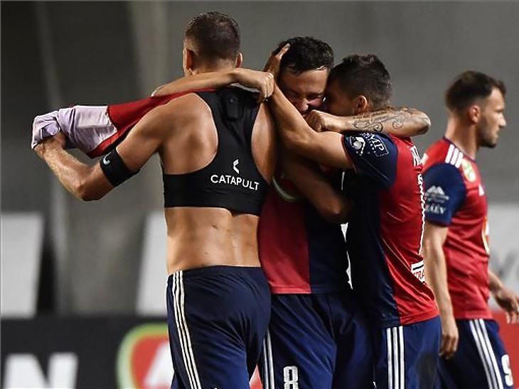 A magyar csapat játékosai ünnepelnek Vidi FC - Malmö visszavágó mérkőzés után (MTI Fotó: Illyés Tibor)