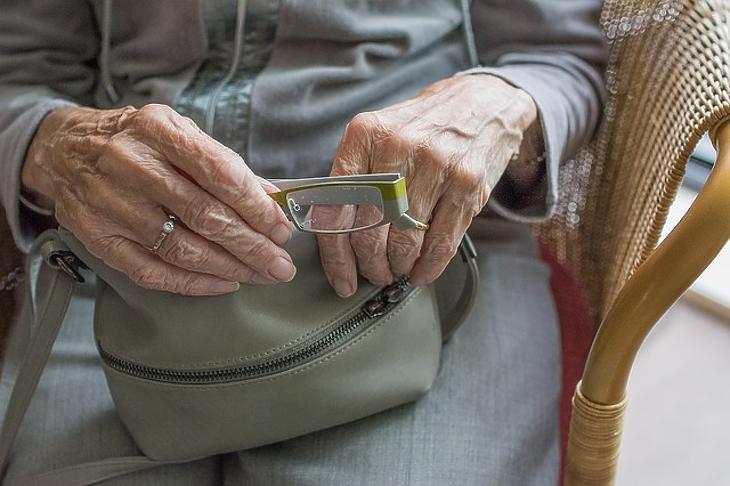 Mától ismét kijárhatnak az idősek az otthonokból. Fotó: Pixabay