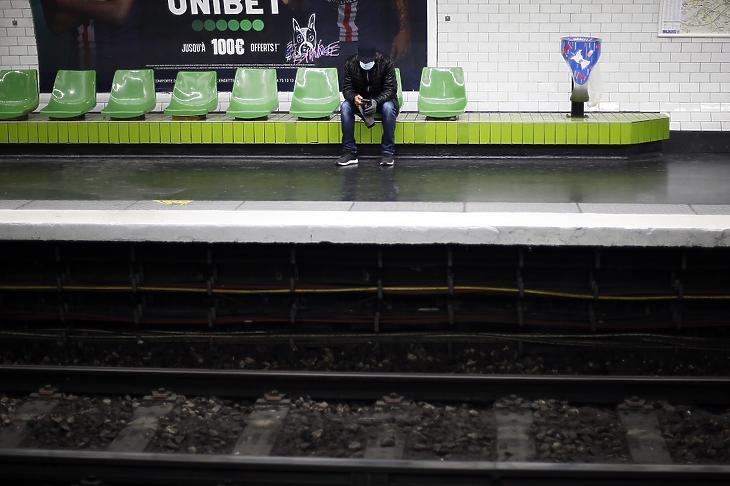 Védőmaszkos utas a párizsi metró egyik állomásán 2020. március 18-án. Az új koronavírus járványa miatt Franciaországban az emberek csak igazolással és halaszthatatlan ügyben hagyhatják el a lakhelyüket, ha munkába, bevásárolni vagy orvoshoz mennek. MTI/AP/Thibault Camus