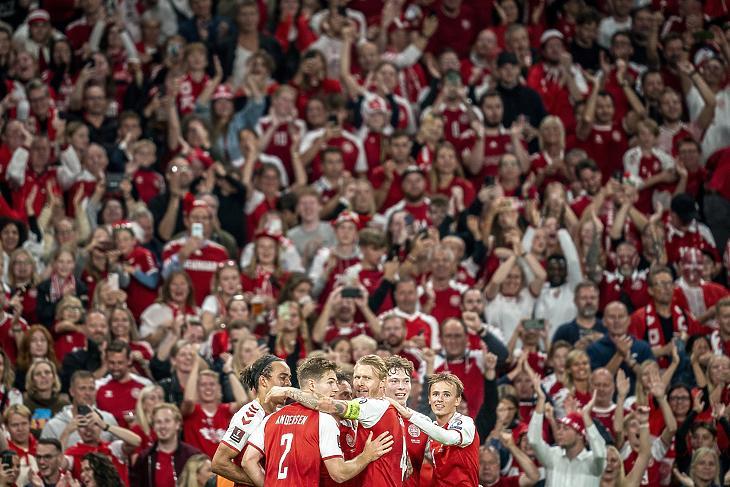 Gólt ünnepelnek a dánok a 2022-es katari labdarúgó-világbajnokság európai selejtezősorozatában játszott Dánia-Izrael mérkőzésen Koppenhágában, 2021. szeptember 7-én. A következő dániai tömegrendezvényre való belépéshez már nem kell védettségi igazolvány. (Fotó: MTI/EPA/Mads Claus Rasmussen)