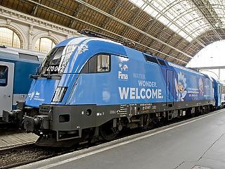 Féláron közlekednek majd a vizes vb nagyon kék vonatai (fotók)