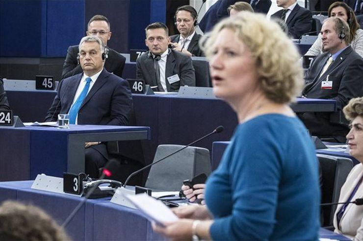 Orbán Viktor miniszterelnök hallgatja a jelentéstevő Judith Sargentinit az Európai Parlamentben (MTI Fotó: Miniszterelnöki Sajtóiroda / Szecsődi Balázs)
