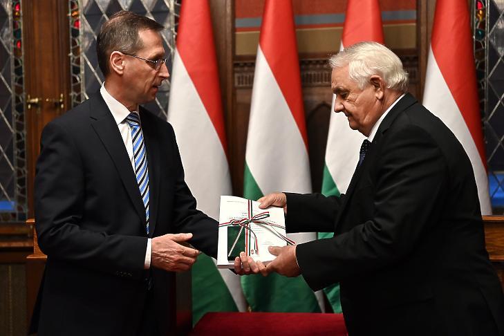 Varga Mihály benyújtotta a 2022-es költségvetés tervezetét (Fotó: MTI/Illyés Tibor)