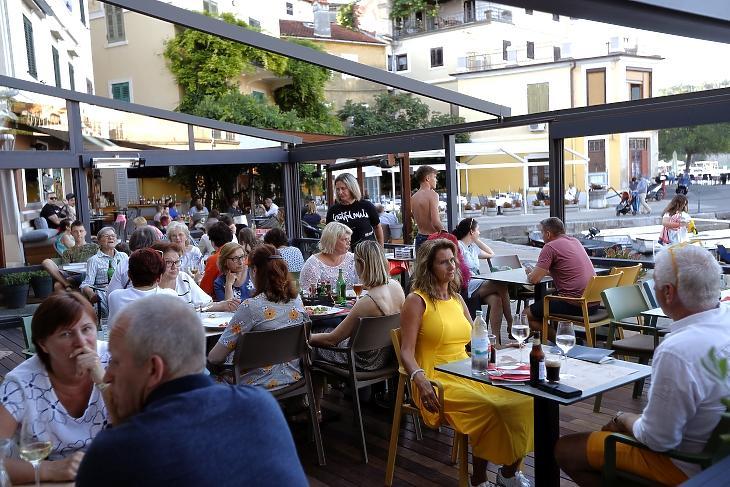 Turisták egy kávézó teraszán a horvátországi Abbáziában (Opatija) 2020. július 1-jén. MTI/EPA/Antonio Bat