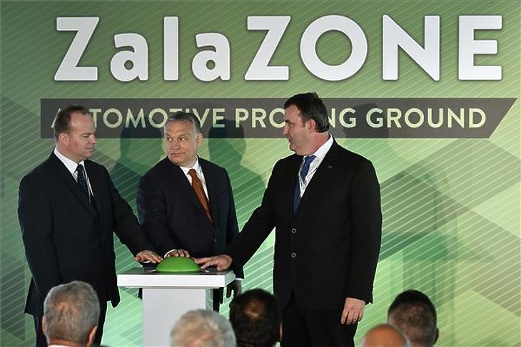 Orbán Viktor, Palkovics László és Háry András, az Autóipari Próbapálya Zala Kft. ügyvezetője átadja a ZalaZone tesztpálya első ütemét 2019. május 20-án. (MTI/Szigetváry Zsolt)
