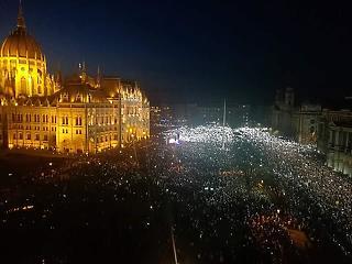 A világsajtóban a tegnapi budapesti tüntetés, az MTI viszont nem vesz tudomást róla