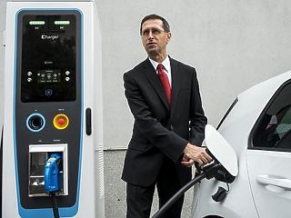 Varga Mihály a Tesla központjában fényezte Magyarországot