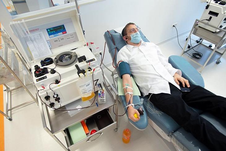 Egy koronavírus-fertőzésen átesett férfi vérplazmát ad a budapesti Plazma Szolgálat egészségügyi centrumban 2020. május 21-én. (Fotó: MTI/Demecs Zsolt)
