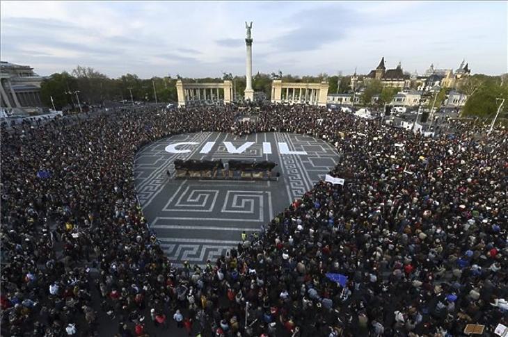 Tízezrek tüntettek a CEU és a civil szervezetek mellett a Hősök terén, 2017-ben