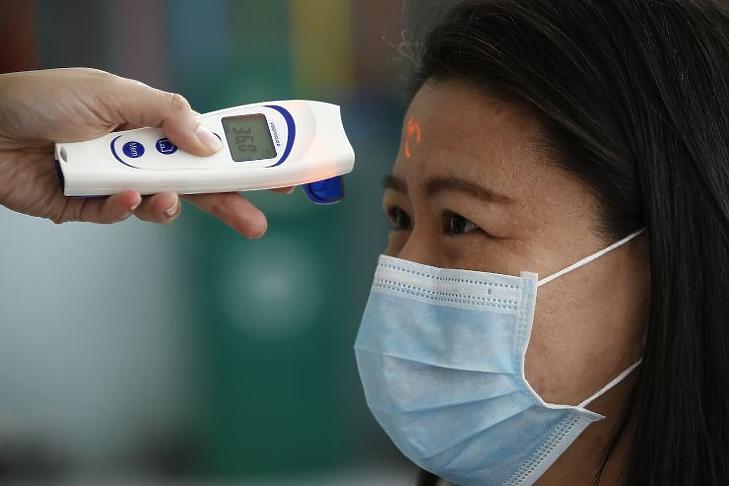 A sebészeti maszk sem jelent tökéletes védelmet (Fotó: MTI/EPA/Rolex Dela Pena)