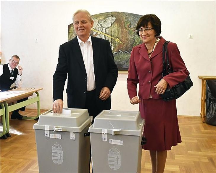 Tarlós István, a Fidesz-KDNP főpolgármester-jelöltje és felesége, Nagy Cecília leadja szavazatát az önkormányzati választáson az Óbudai Waldorf Iskolában kialakított 60-as szavazókörben 2019. október 13-án. (MTI/Máthé Zoltán)