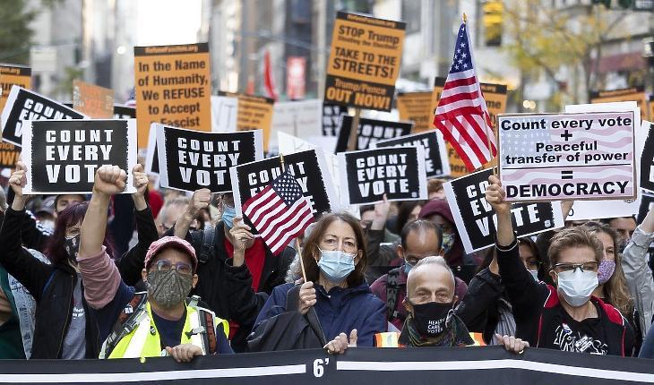 Tüntetők feliratokat tartanak a kezükben, amelyeken azt követelik, hogy az elnökválasztáson leadott összes szavazatot számolják meg, New Yorkban, 2020. november 4-én, egy nappal az amerikai elnök-, valamint képviselőházi és részleges szenátusi választások után. Fotó: EPA / Justin Lane