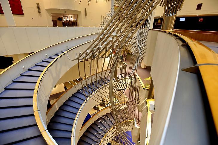Üres az Európai Parlament (EP) épülete Brüsszelben 2020. március 4-én. A koronavírus-fertőzés terjedése miatt csak az alapvető feladatait látja el az intézmény, a kulturális rendezvényeket és egyéb eseményeket három hétre felfüggesztették. (MTI/AP/Olivier Matthys)