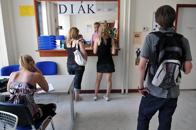 Idén nyáron nem számítanak tolongásra a diákmunka-közvetítők. (MTI)