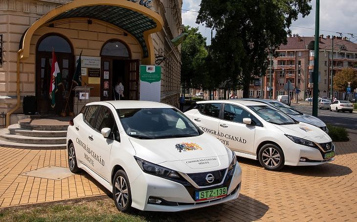 A Csongrád-Csanád Megyei Önkormányzat Nissan Leaf-et nemrég - ilyet is vehetünk akár hitelből is. Fotó: MTI/Rosta Tibor