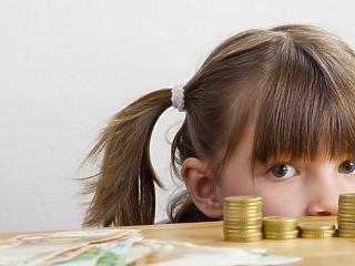 A fiatalok majdnem 70 százaléka kivándorolna - kevés szülő tesz félre gyermekei számára