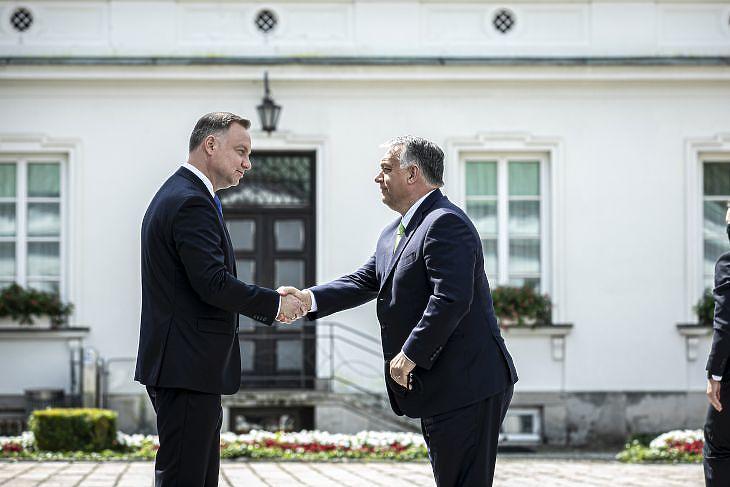 Andrzej Duda lengyel elnök fogadja Orbán Viktor miniszterelnököt a V4 varsói csúcstalálkozóján 2020. július 3-án. MTI/Miniszterelnöki Sajtóiroda/Fischer Zoltán