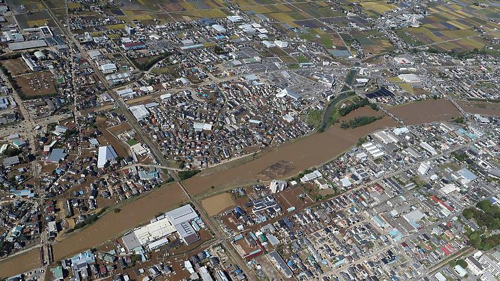 A felduzzadt Akiyama folyó. (Fotó: AFP)