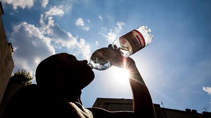Hidratáljunk, mint a képen látható ember. A napsütést viszont kerüljük - nem úgy, mint a képen látható ember. (Fotó: MTI)