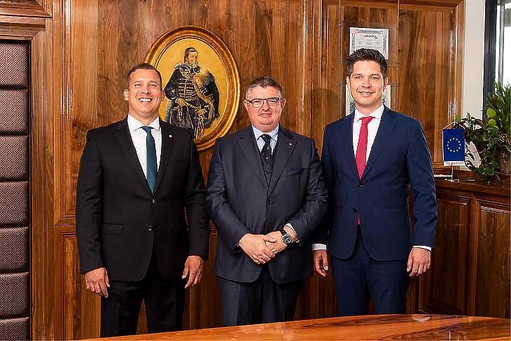 A Magyar Bankholdingot megalapító bankok vezetői: (balról) Lélfai Koppány (BB), Vida József (Takarékbank) és Balog Ádám (MKB). Fotó: MTI
