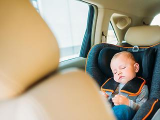 Törvénnyel segítenék az USA-ban a szülőket, hogy ne hagyják gyereküket a forró autóban