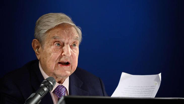 Soros György beszél a davosi Világgazdasági Fórumon. (Fotó: AFP)