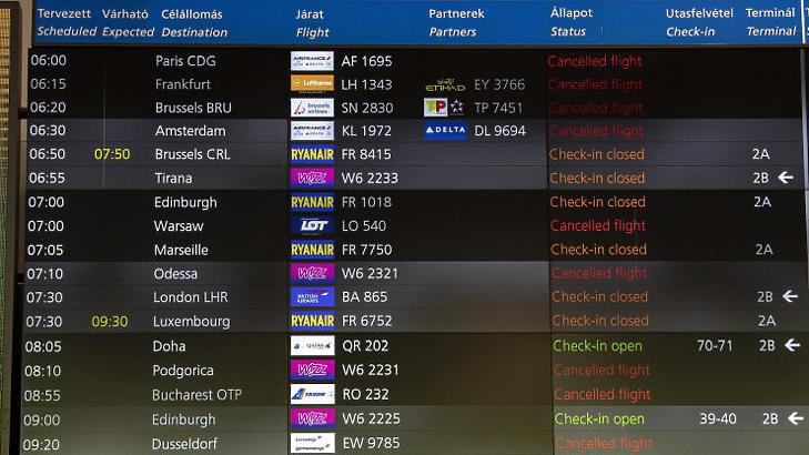 Járatinformációs tábla a Budapest Liszt Ferenc Nemzetközi Repülőtéren 2020 márciusában, már a járvány első napjaiban sok járatot töröltek (Fotó: MTI/Szigetváry Zsolt)