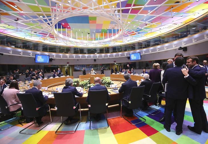 Emmanuel Macron francia elnök és Giuseppe Conte olasz kormányfő beszélget az EU-tagországok állam- és kormányfőinek rendkívüli találkozója előtt Brüsszelben 2020. február 20-án. A csúcstalálkozó résztvevői a 2021 utáni, hétéves uniós költségvetésről tárgyaltak. MTI/AP/Olivier Matthys