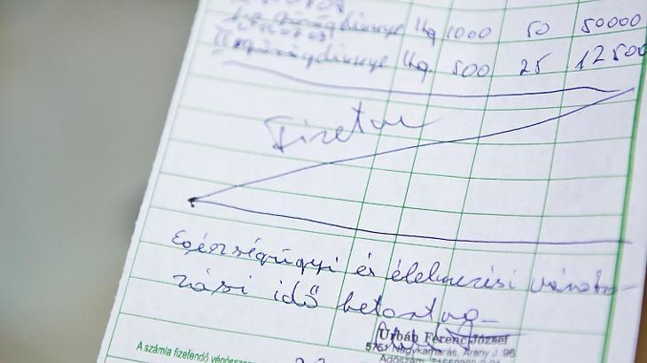 Ezzel a kézi számláknak is leáldozott: ha már úgy is fel kell tölteni, sokkal egyszerűbb online számlázóval kiállítani. Fotó: MTI / Rosta Tibor
