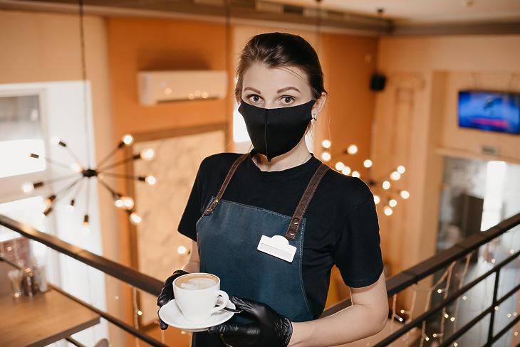 Már nemcsak a felszolgálóknak kell felvenniük a maszkot. Fotó: depositphotos.com