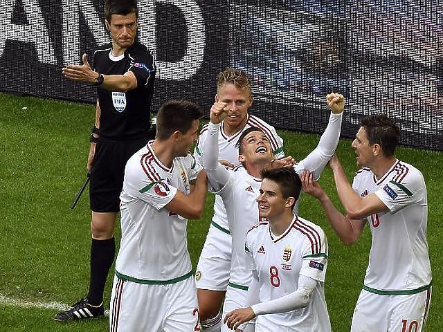 Gera Zoltán (jobbra) az ünneplő csapattársak körében