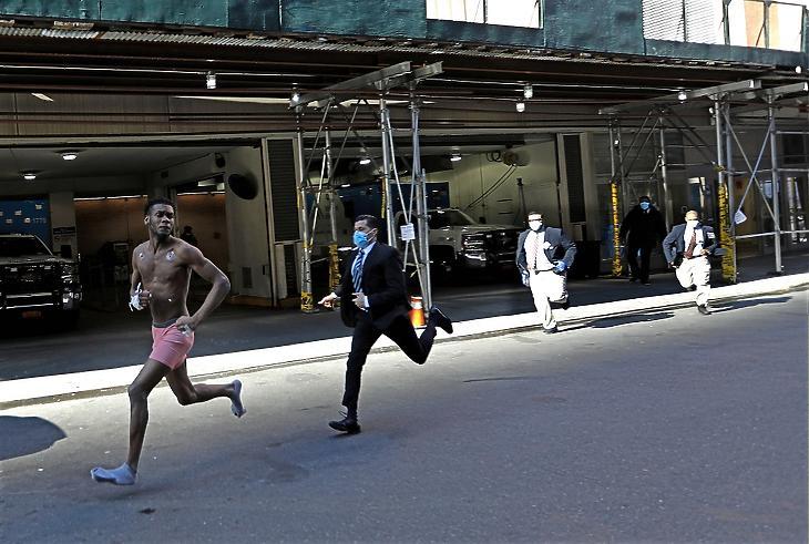 A manhattani Mount Sinai West kórház biztonsági őrei próbálják meg elkapni az egyik beteget, aki megszökött az egészségügyi intézményből 2020. március 26-án. MTI/EPA/Peter Foley