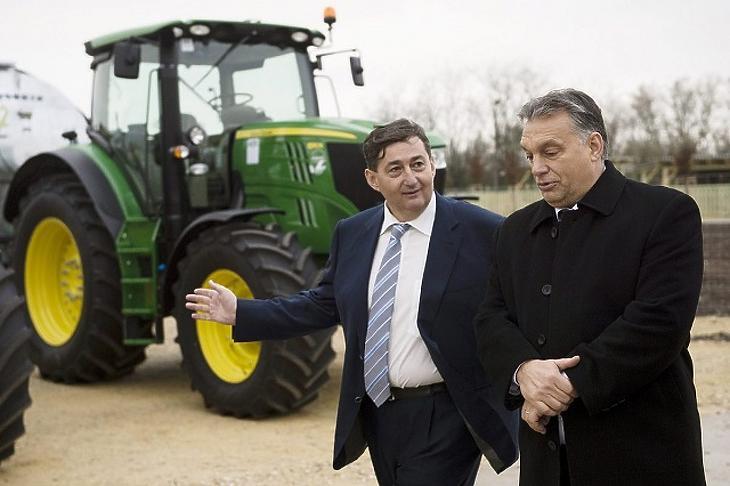 Mészáros Lőrinc barátjával, Orbán Viktor miniszterelnökkel. (Fotó: MTI)