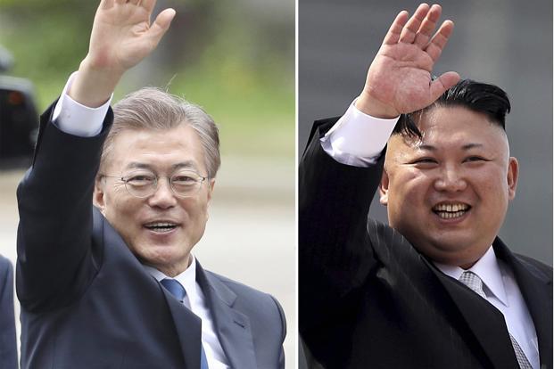 Balra Mun Dzse In, jobbra Kim Dzsong Un.