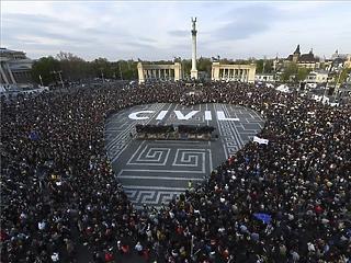 Tízezrek tüntettek a CEU és a civil szervezetek mellett a Hősök terén