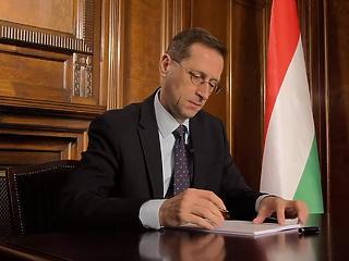 Fontos dokumentumot írt alá pénteken Varga Mihály
