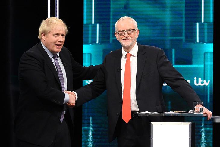 Boris Johnson és Jeremy Corbyn köszönti egymást a tévés vitán. (Fotó: Jonathan Hordle/ITV via Getty Images)