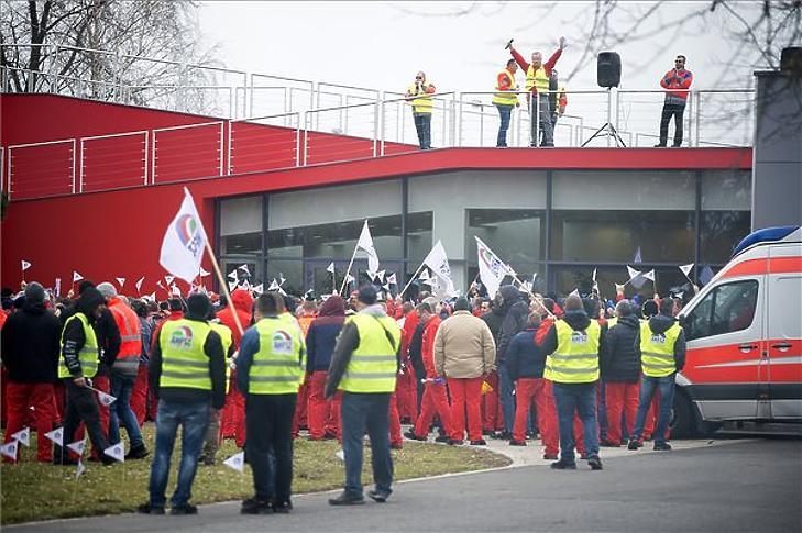 A sztrájkoló dolgozók. (Fotó: MTI/Krizsán Csaba)