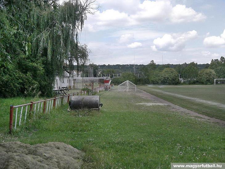 A telep egy kevésbé fess állapotban lévő része (Forrás: magyarfutball.hu)