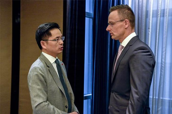 Szijjártó Péter és Hsziao Ming, a ZTE alelnöke pekingi tárgyalásukon 2019. április 27-én. (MTI/KKM/Mitko Sztojcsev)