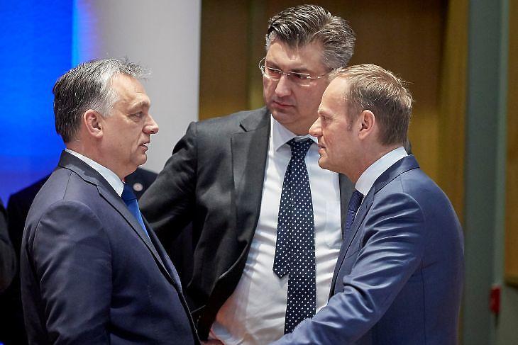Orbán Viktor, Andrej Plenkovic horvát kormányfő és Donald Tusk, az Európai Tanács akkori elnöke egy EU-csúcson Brüsszelben 2018. március 23-án. (Fotó: Európai Tanács)